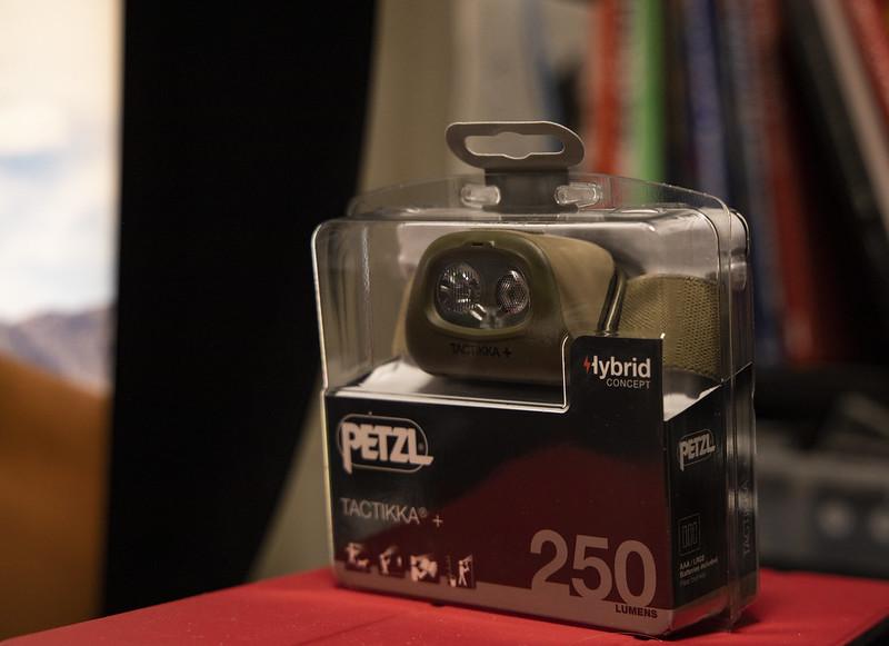 赤色光付きのヘッドランプ ペツル タクティカ+ PETZL TACTIKKA+
